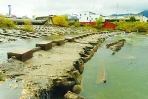 Pri necitlivom a technicky nesprávne nastavenom riešení elektrárne prehradia tok rieky, bránia vodákom v pohybe a rybám v migrácii.