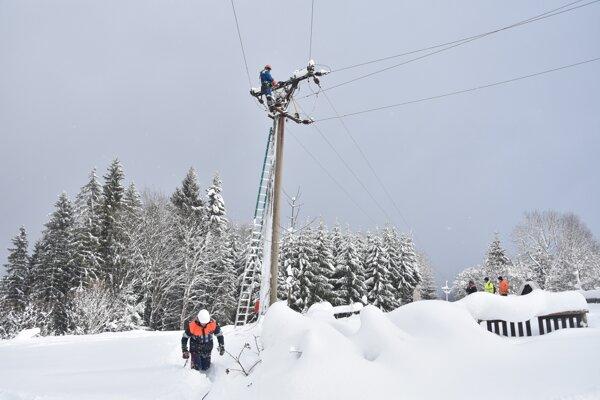 Elektrikári často pracovali v ťažko dostupnom teréne.