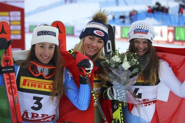 Zľava strieborná Talianka Sofia Goggiová, zlatá Američanka Mikaela Shiffrinová a bronzová Švajčiarka Corinne Suterová.
