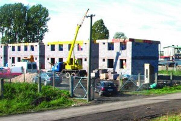 V osade Hlboké pribudnú nové byty. Mesto chce v nich ubytovať neplatičov.