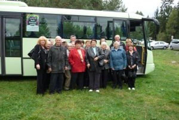 Seniori z Veternej Poruby v pribylinskom skanzene.