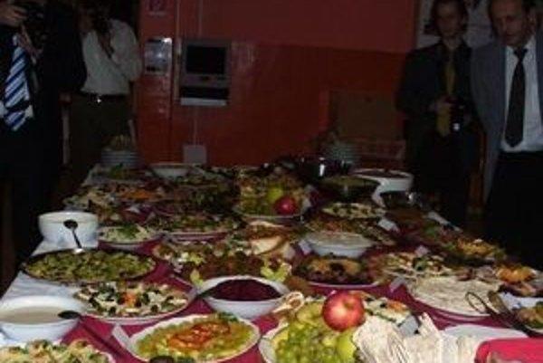 Takto bohatý stôl mali prestretý novodobí vegatariáni na historicky prvom tohtoročnom vegetariánskom plese v Martine. Pastva pre oči aj žalúdok, všetko bez mäsa a vajec.