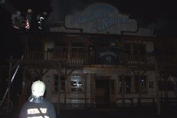 Pri požiari westernového mestečka zasahovalo viac ako dvadsať hasičov.