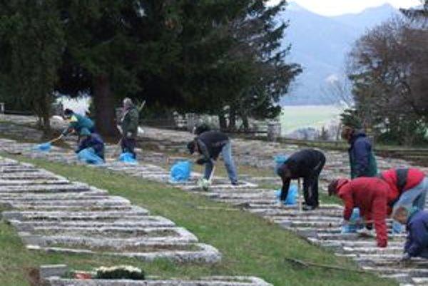 Vojnový cintorín na Háji Nicovô dávajú do poriadku už niekoľko týždňov pracovníci Verejnoprospešných služieb aj dôchodcovia.