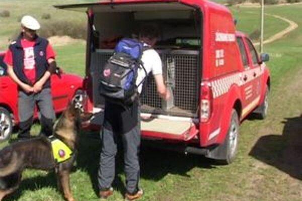 Muža pomáhajú hľadať aj horskí záchranári so špeciálne vycvičenými psami.