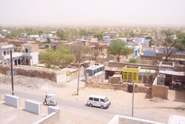 Bhari Khatu, indická dedinka v Radžastane. V pozadí prach púštneho piesku.
