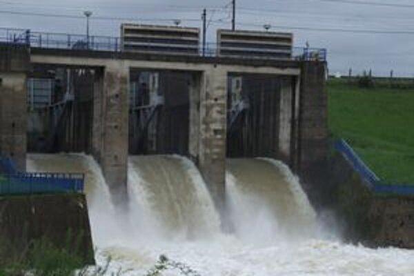 Vodohospodári znížili odtok z priehrady zo 150 na sto metrov kubických vody za sekundu.