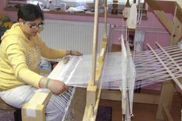 Vierka Hadová zvládla nielen prácu v keramickej dielni, ale aj na krosnách.