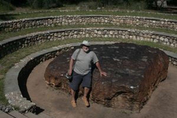 Najväčší meteorit na svete je takmer meter zaborený do pôdy.
