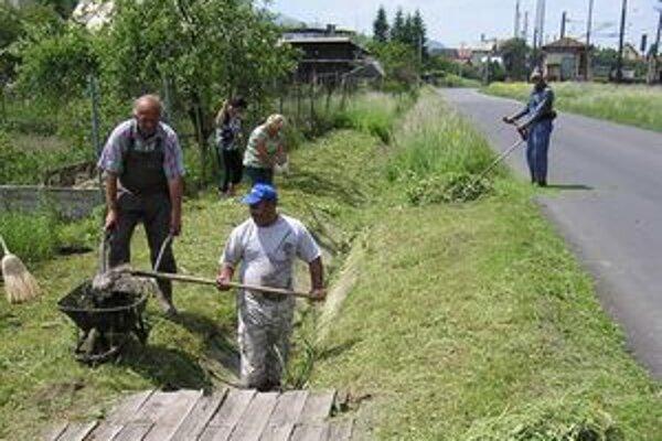 V Kráľovej Lehote nemajú problém chlapi chytiť kosu a ženy hrable. Takto pokosili aj trávu v ťažko dostupných rigóloch.