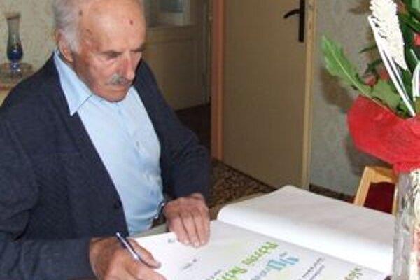 Peter Beťko má deväťdesiat rokov a stále je aktívny.