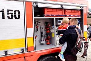 Dobrovoľní hasiči dostávajú vozidlá od štátu.
