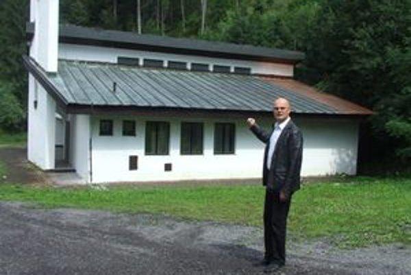 Juraj Filo ukazuje, že zlodeji ukradli nielen záhradnú techniku, ale pred časom aj časť strechy na dome smútku.