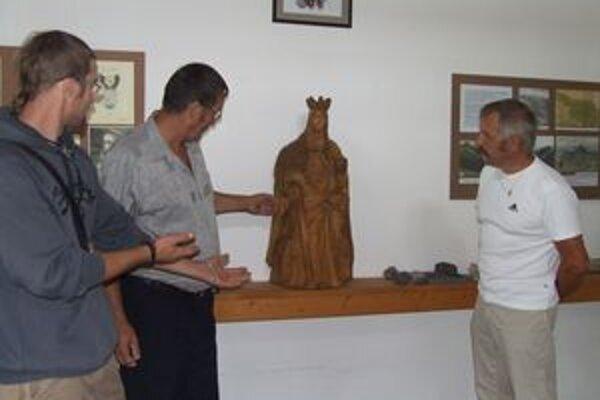 Svätá Barbora stojí zatiaľ vo vážnici na polici, ale správca Maše v Liptovskom Hrádku Peter Flodr (vpravo) sa dohodol s autormi Radkom (vľavo) a Jaroslavom Bunckovcami, že bude na podstavci.