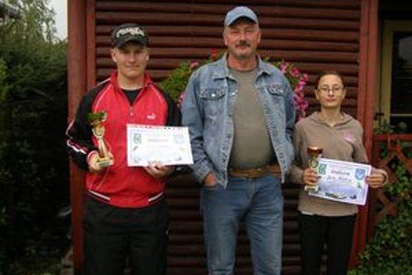 Dušan Dobák (v strede) je na svojich zverencov hrdý. Matúš Kúkol vyhral kategóriu v chovateľstve holubov, Janka Dobáková s nemeckým ovčiakom obsadila tretie miesto.