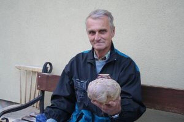 Ján Šlauka s kvakou, ktorá vážila viac ako dva kilogramy.