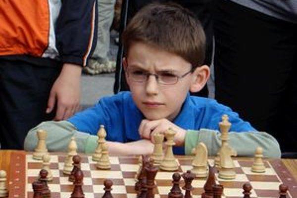 Krásny výsledok dosiahol v kategórii chlapcov do 10 rokov v deviatich partiách ešte len deväťročný Viktor Gažík.