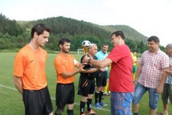 Pred zápasom Brvnište - Dulov odovzdali pohár víťaza 6. ligy F. Šamajovi B. Bodorík a J. Haladej z ObFZ.