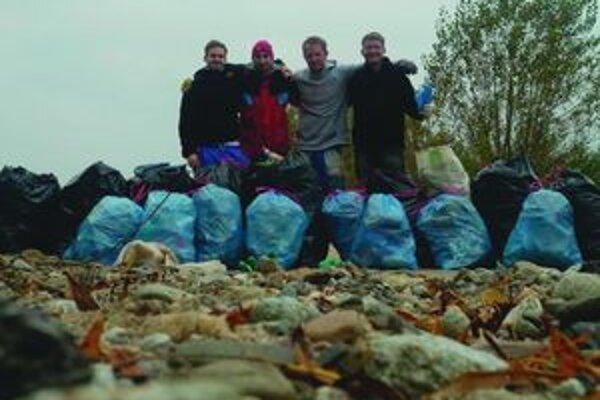 Štyria mladí matičiari vyzbierali okolo Liptovskej Mary dvadsaťsedem vriec odpadkov.