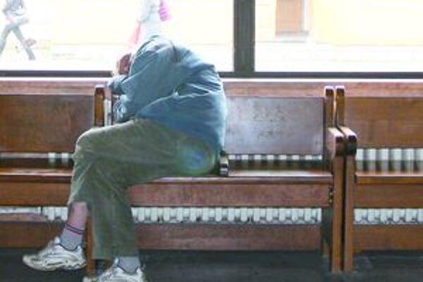 V čakárňach na lavičkách spia bezdomovci, cestujúci si ku nim neprisadnú, postávajú inde.