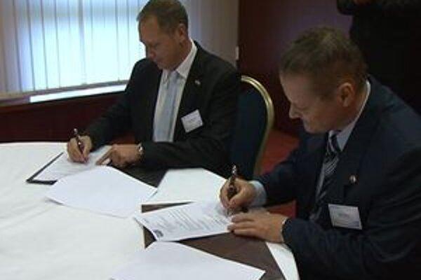 Pri podpise zmluvy riaditeľ nórskej firmy Peter Stenberg a vľavo riaditeľ školy Milan Daniš.