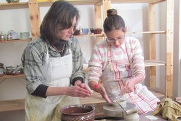 Práca s hlinou zaujala deti aj dospelých.