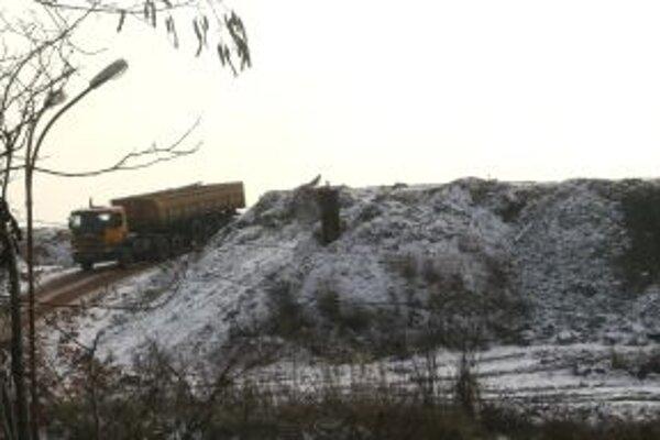 Spor o ďalšiu existenciu skládky komunálneho odpadu blízko Veternej Poruby sa vyostril.