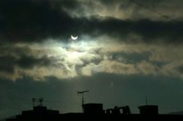 Dnes dopoludnia bolo čiastočné zatmenie Slnka Mesiacom pozorovateľné aj v liptovskom regióne. Na fotografii zatmenie Slnka v Liptovskom Mikuláši.