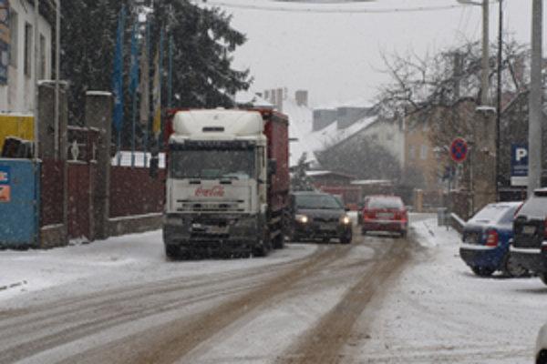 Odstavené kamióny spôsobujú ostatným vodičom problémy.