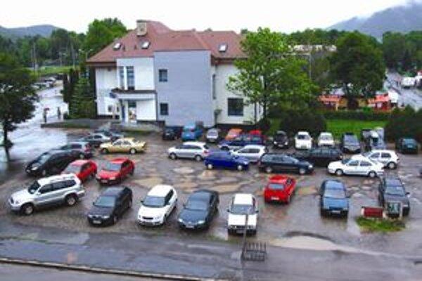 Pred rekonštrukciou bola námestím len rozbitá parkovacia plocha. Po dokončení prác námestie chcú pomenovať po zakladateľovi mesta.