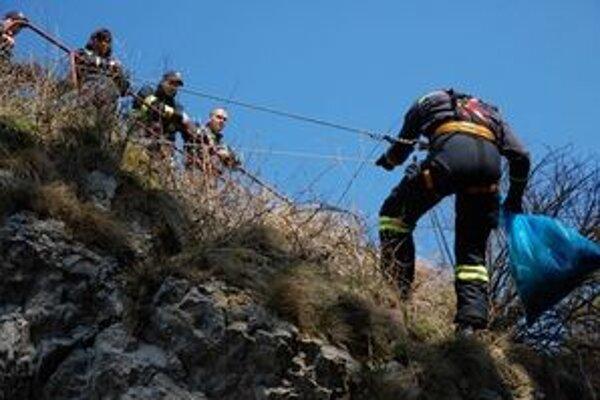Popri výcviku záchrany ľudí hasiči vyčistili od odpadkov vyhliadku v Liptovskom Hrádku.