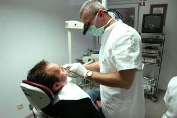 Niektorí si stále neuvedomujú, že ak neabsolvujú preventívnu prehliadku u zubára, na budúci rok im poisťovňa u zubného lekára nepreplatí žiadny úkon.