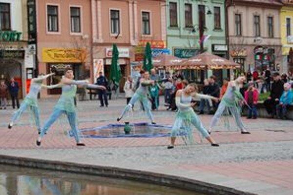 Predtým, ako  fontánu Metamorfózy  v centre mesta odomkol primátor,  tanečníčky zo Základnej umeleckej školy J. L. Bellu v Liptovskom Mikuláši pri nej zatancovali a vylovili  kľúč.