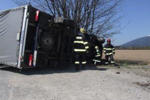Pri tragickej dopravnej nehode zasahovali hasiči z Liptovského Hrádku.