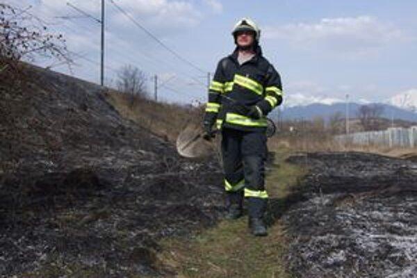 Liptovskí hasiči bojujú s rozsiahlym lesným požiarom.