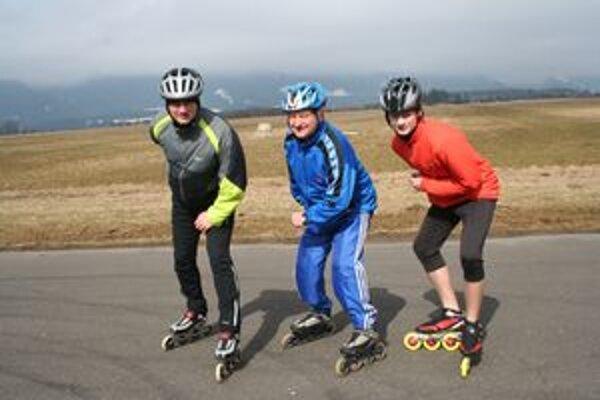 Dušan Kutnár (v strede) trénuje so synom (vľavo) a vnukom na letisku v Jakubovanoch.