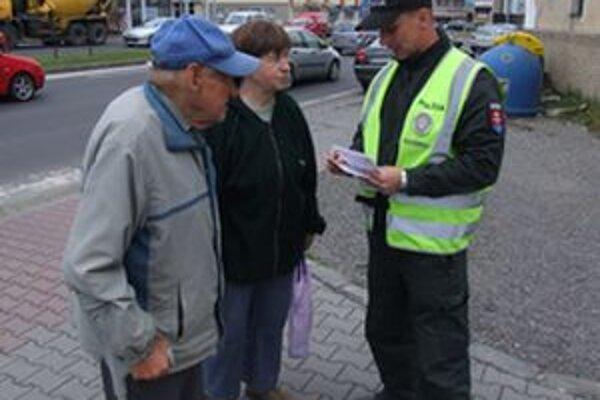 Policajti informovali chodcov, kedy majú, podľa nového cestného zákona, prednosť na priechodoch.