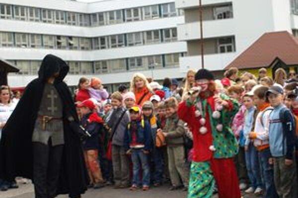 Hrádocké deti zabával aj čierny rytier so šermiarmi z Oravy a šašo, v kostýme ktorého sa ukrýval pracovník Centra voľného času Lienka v Liptovskom Hrádku Marián Magdoško.