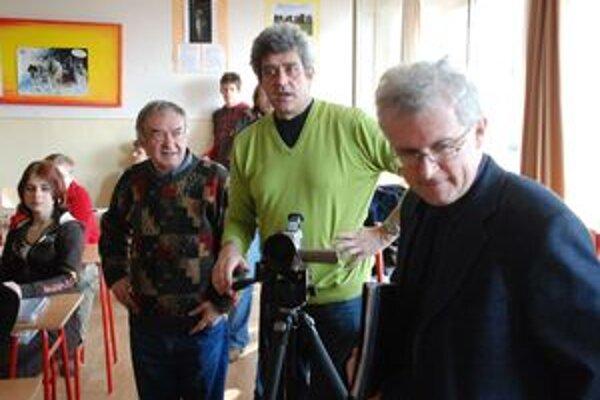 Ján Kuska (za kamerou) na nakrúcaní filmu Postupnosť medzi priateľmi z Art štúdia Liptovský Hrádok.