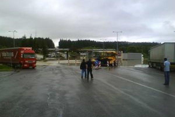 Hraničný priechod do Poľska Trstená – Chyžné bol v nedeľu ráno úplne neprejazdný. Voda uväznila aj kamióny na parkovisku a tiekla im až do kabín.