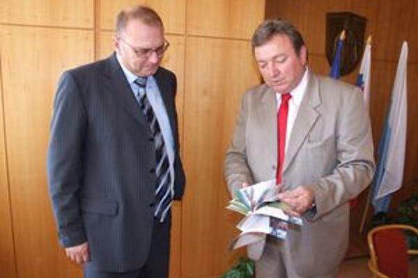 Primátor Ján Blcháč odovzdal prvú kartu zliav ministrovi dopravy Ľubomírovi Vážnemu.