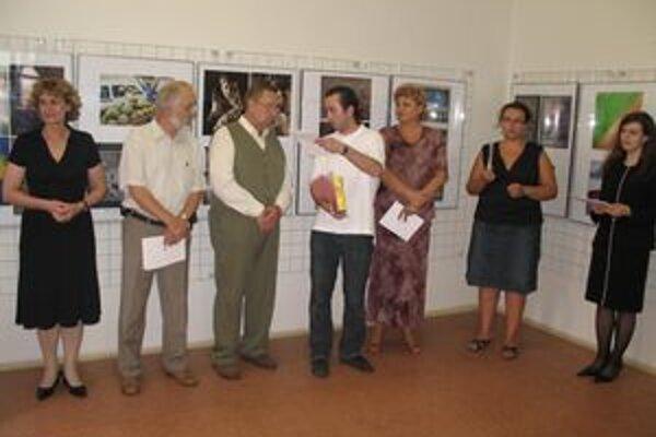 Odovzdávanie cien: zľava : Z. Školudová, M. Pfliegel, J. Fašianga,P. Opálka, S. Řeháková,  A. Michálková a  V.Jurgová.