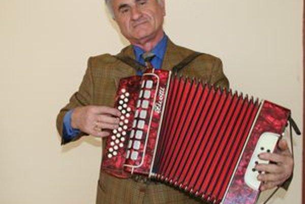 Ladislav Dráb si na dôchodku splnil svoj detský sen a učí sa hrať na heligónke.