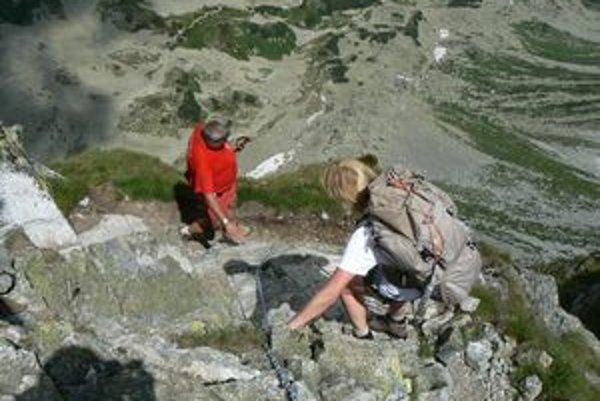 Nemecká turistka ani nepočkala, kým stvrdne  tmel spevňujúci oká v navŕtaných dierach  a  istila sa reťazou.