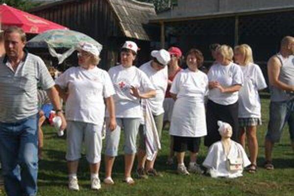 Členky Červeného kríža  nielen varili guláš, ale boli ochotné naučiť záujemcov, ako poskytnúť prvú pomoc.