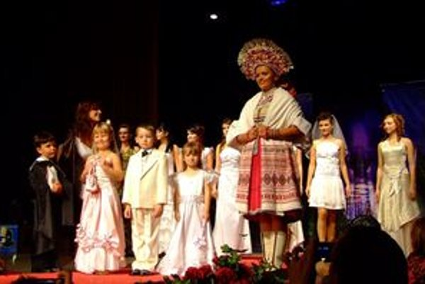 Módna prehliadka Zdenky Kubányiovej končila prehliadkou svadobných šiat, medzi ktorými bol čerešnička na torte svadobný kroj z Važca.