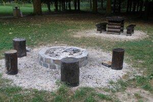 Ohniská a sedenie v mestskom parku budovali dobrovoľníci, medzi nimi aj prievidzskí rybári.