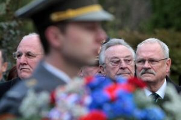 Milan Čič pri prezidentovi Ivanovi Gašparovičovi (vpravo) počas minuloročnej spomienky na novembrové udalosti v Bratislave.