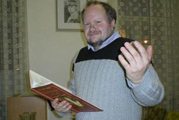 Peter Vrlík je zanietený matičiar, milovník slovenskej histórie, divadelník, autor a spoluautor viacerých kníh, napríklad Z liptovskej truhlice a Povesti z Liptova.