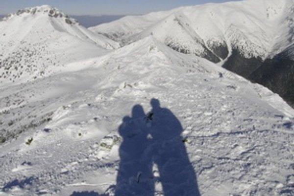 Sneh a hory s tieňovou dvojicou.